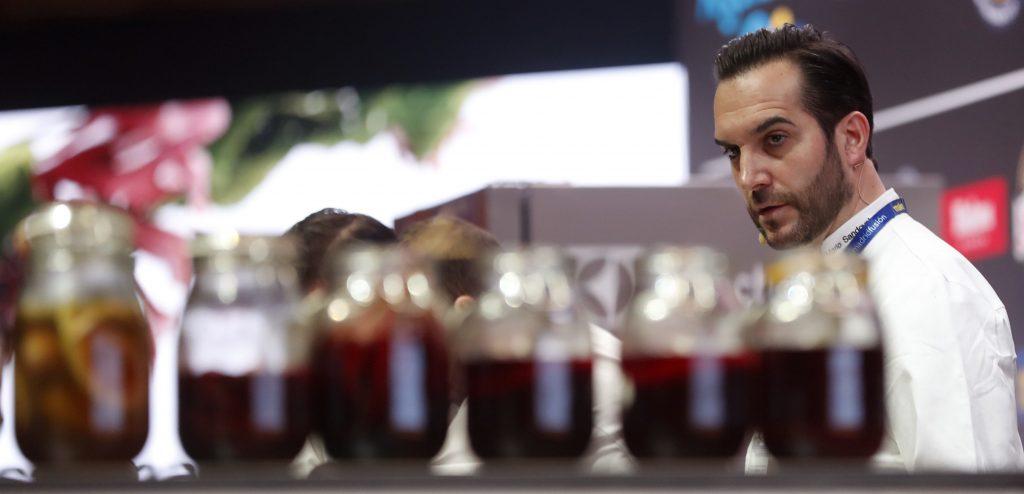 """GRA046. MADRID, 23/01/2017.- El cocinero Mario Sandoval, del restaurante Coque, durante su ponencia """"Alimentos Vivos"""" en la jornada inaugural de la XV edición de Madrid Fusión, el certamen gastronómico que convierte a Madrid durante tres días en la capital mundial de la cocina. EFE/Javier Lizón"""