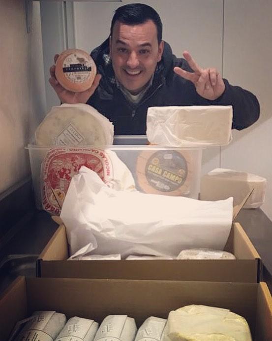 José Manuel con sus quesos.