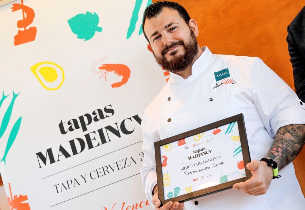 """Alejandro Platero, cocinero del restaurante Saor, con el premio a la mejor tapa, tras el concurso para escoger la """"Mejor Tapa MadeinCV"""" EFE/Manuel Bruque"""